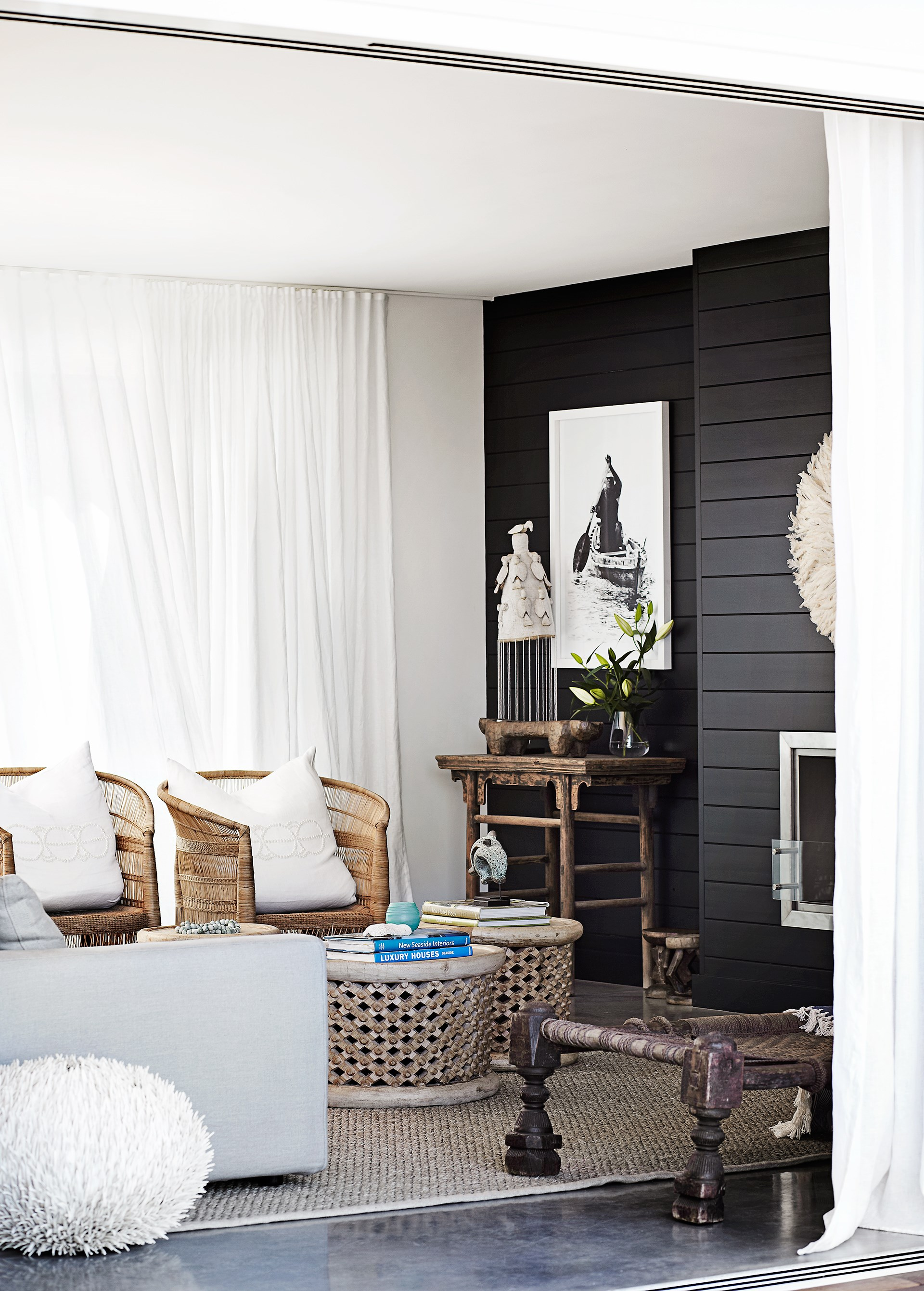 "Tribal and organic objects mix with rustic furniture and a coastal aesthetic in this global-inspired [weatherboard home](https://www.homestolove.com.au/weatherboard-home-with-wow-factor-3458|target=""_blank"") - the epitome of beachy boho style. *Photo:* Sharyn Cairns"