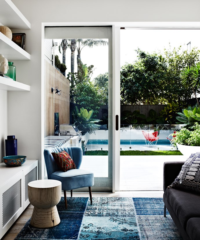 Inside and out blend into one, thanks to generous glazing and the deck and floor sharing the same level.