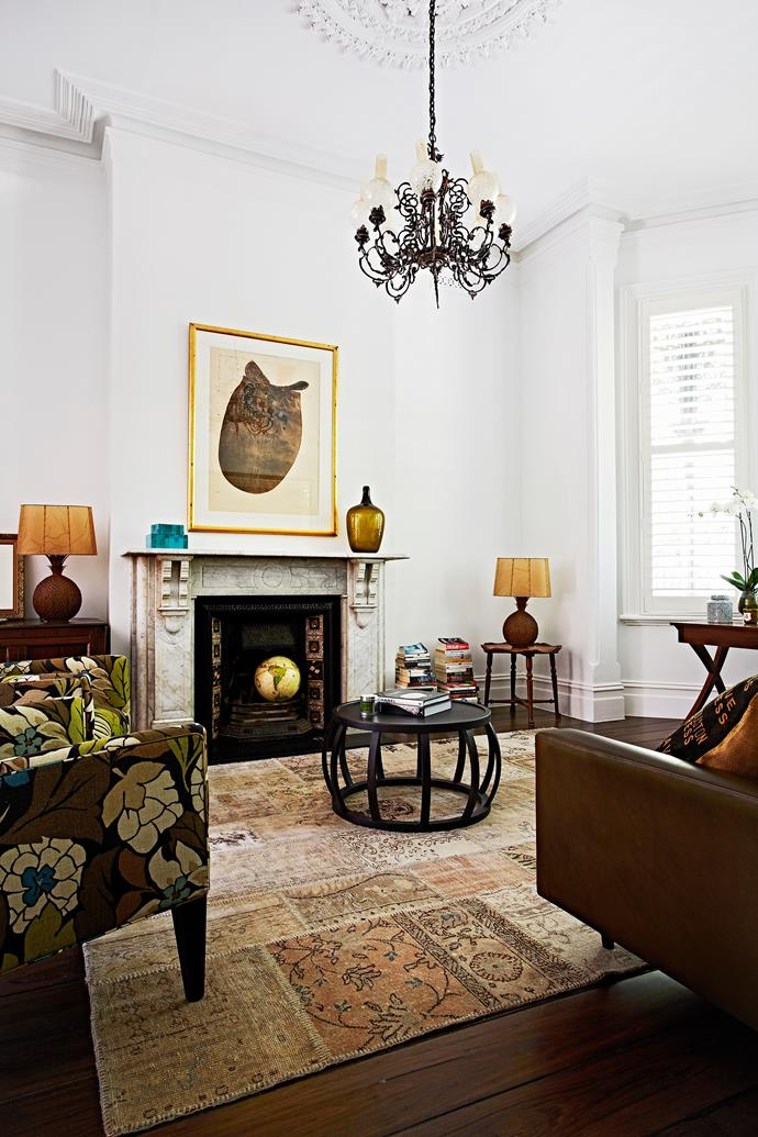 Highlights of burnished gold add richness to the sitting room.