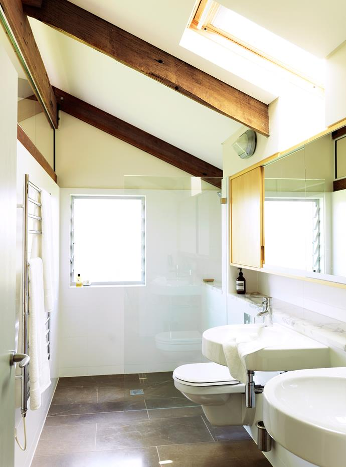 In the bathroom, the walk-in shower features louvre windows for ventilation with the added bonus of providing views to the dam. A skylight minimises the use of artificial lighting.