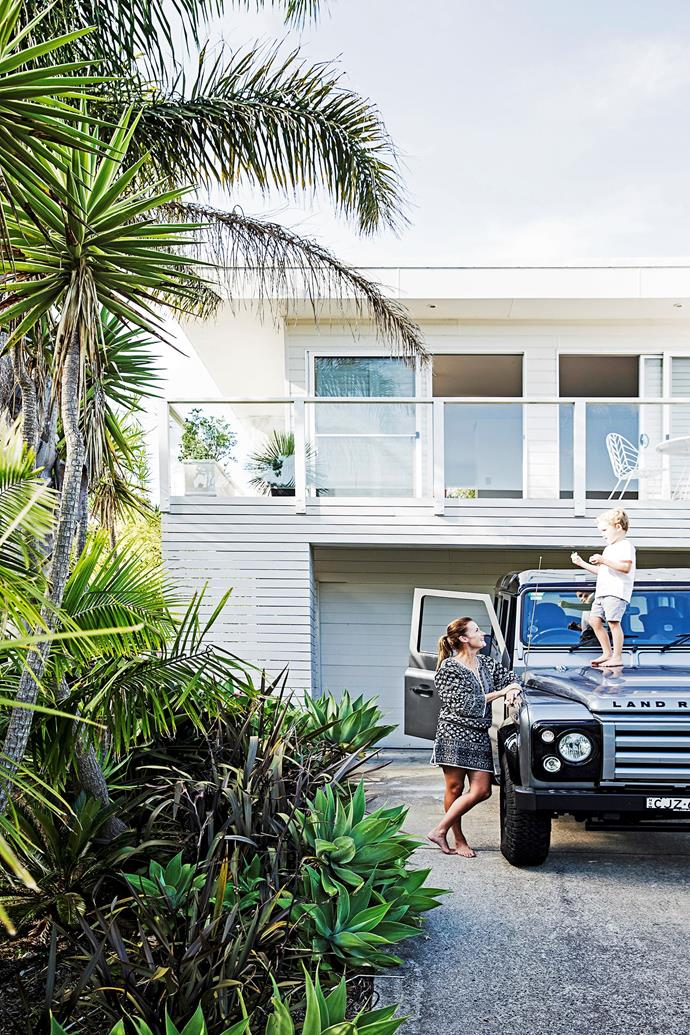 "This revamped [1970s brick home](http://www.homestolove.com.au/before-and-after-1970s-brick-home-gets-groovy-revamp-3516|target=""_blank"") has a facade that reflects the casual, open-door attitude of the family. White paneling and tropical-looking greenery tops off the beach vibe. *Photo: Chris Warnes. Styling: Natalie Walton*"