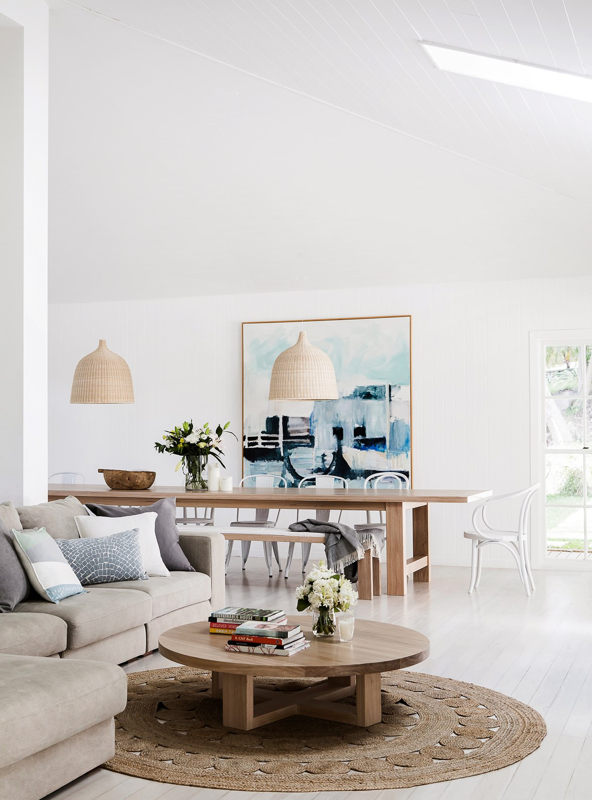 "After purchasing their [home in Avalon](https://www.homestolove.com.au/minimalist-coastal-style-house-4076|target=""_blank"")  on Sydney's Northern beaches, the owners created a large and light family home styled with beautiful natural textures, such as jute and timber. *Photo: Maree Homer*"