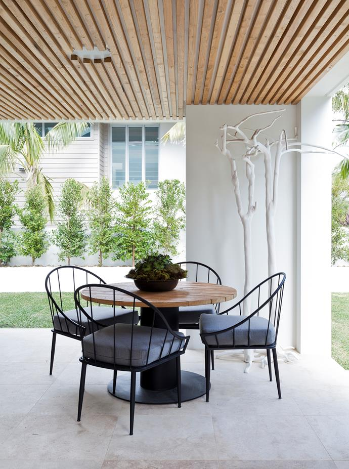 "This outdoor dining area is featured in *Easy Luxury* by Darren Palmer, $39.99, [Murdoch Books](https://www.murdochbooks.com.au/browse/books/lifestyle/interior-design-decor-style-guides/Easy-Luxury-Darren-Palmer-9781743361023|target=""_blank"")."
