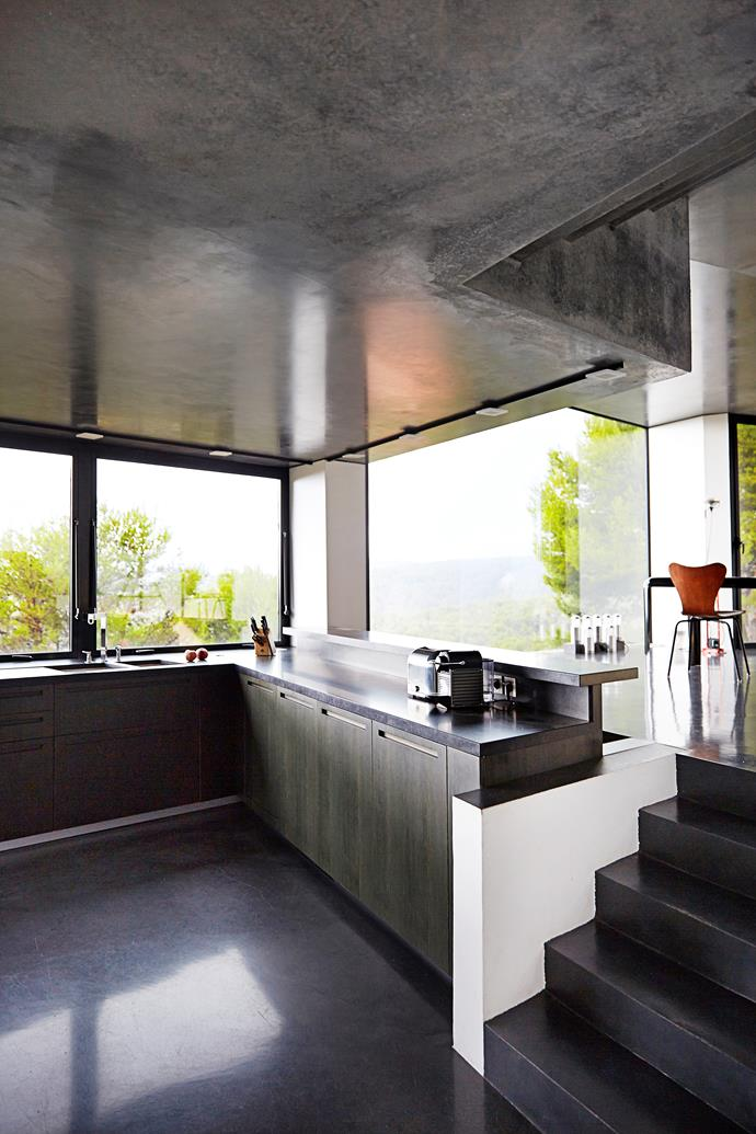 Concrete features throughout the house, serving to link the rooms. The raised ledge along the kitchen bench can be used as seating – perfect to sit and chat to whoever may be in the kitchen or to simply enjoy the view.