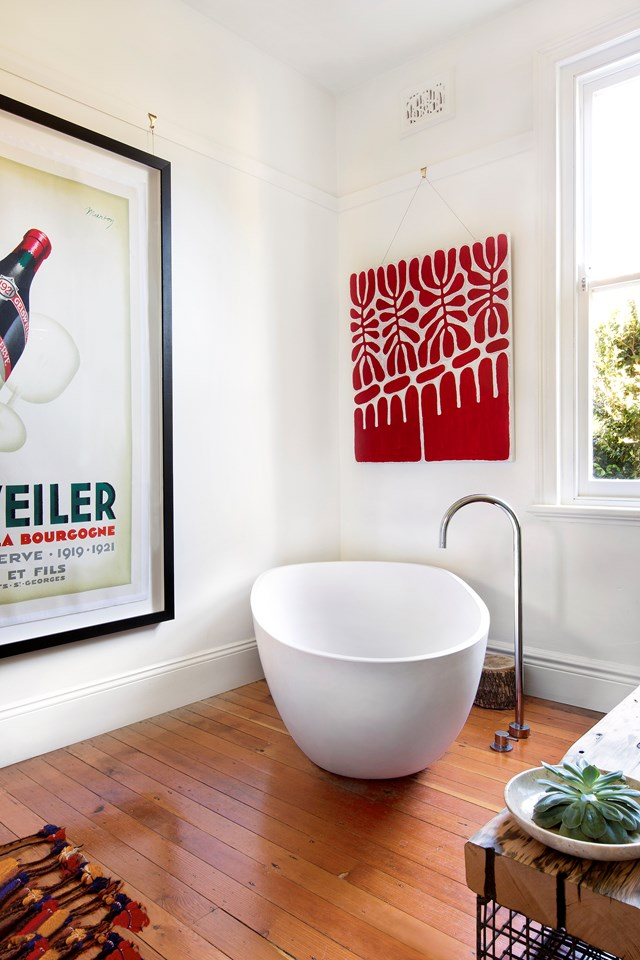 "Peruse the artworks in this gallery-like bathroom in an [L-shaped house extension](https://www.homestolove.com.au/l-shaped-house-extension-4183|target=""_blank"") from the comfort of the freestanding tub. *Photo: Tom Ferguson*"