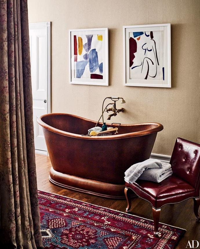 """Award-winning actress, Jesscia Chastain shares this eclectic bathroom, in her stunning [NYC apartment]( http://www.architecturaldigest.com/gallery/jessica-chastain-new-york-city-apartment#4  target=""""_blank"""" rel=""""nofollow""""), with her fashion executive boyfriend, Gian Luca Passi de Preposulo. The copper freestanding bath combined with a vintage chair give off a luxe-boho vibe with a designer finish. Photo via: [Architectural Digest](http://www.architecturaldigest.com/ target=""""_blank"""" rel=""""nofollow"""")."""