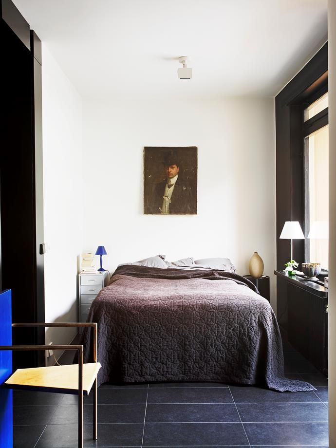 When using dark colour in a small space, make sure you add a couple of colourful items, as Philip has done in his bedroom with the small lamp and chair in blue. Photo: Carl Dahlstedt / Living Inside