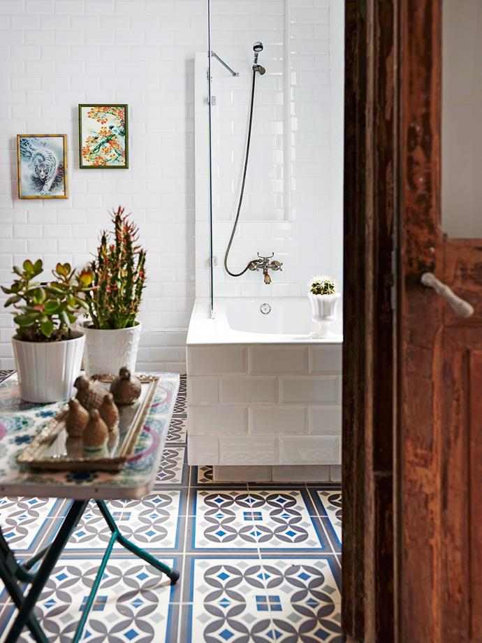 Flora and fauna are important sources of inspiration for creative Catalina, as can be seen with the artworks, bird ornaments and assorted plants in her bathroom.