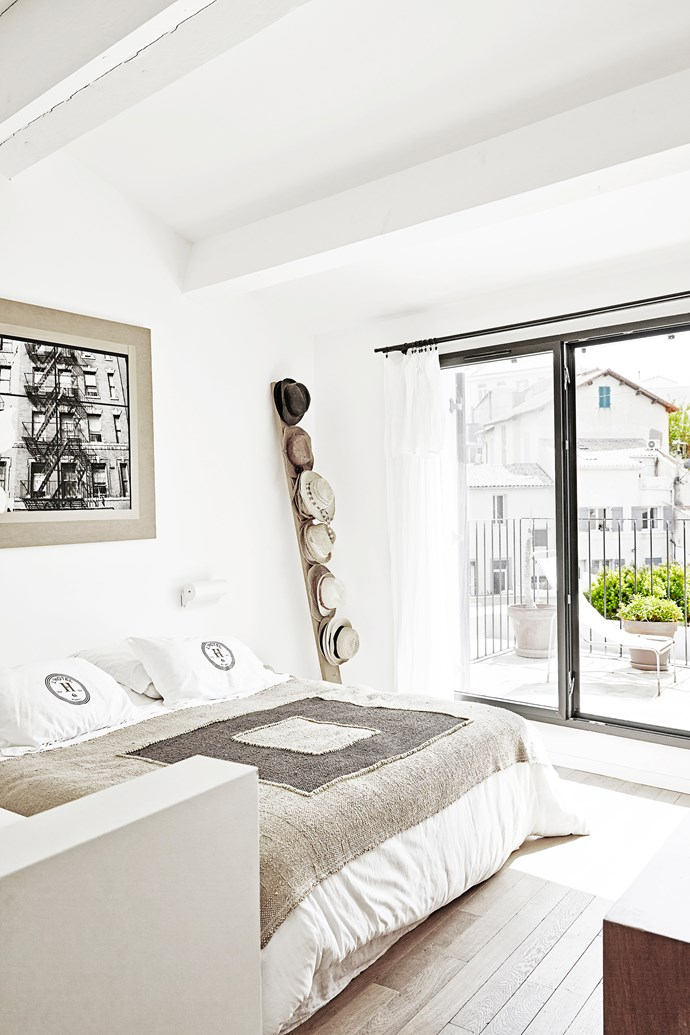 Thierry made a wooden plank into a hanger for his hat collection – he collects hats on holidays! White and natural hues in the bedroom exude a sense of tranquillity.
