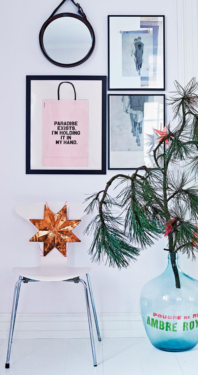 This copper star, rescued from a local flea market, turns a simple white chair into an unexpected decoration. Beside it, a branch still full of evergreen needles serves as an extra Christmas tree in Eva-Marie's unique fashion.