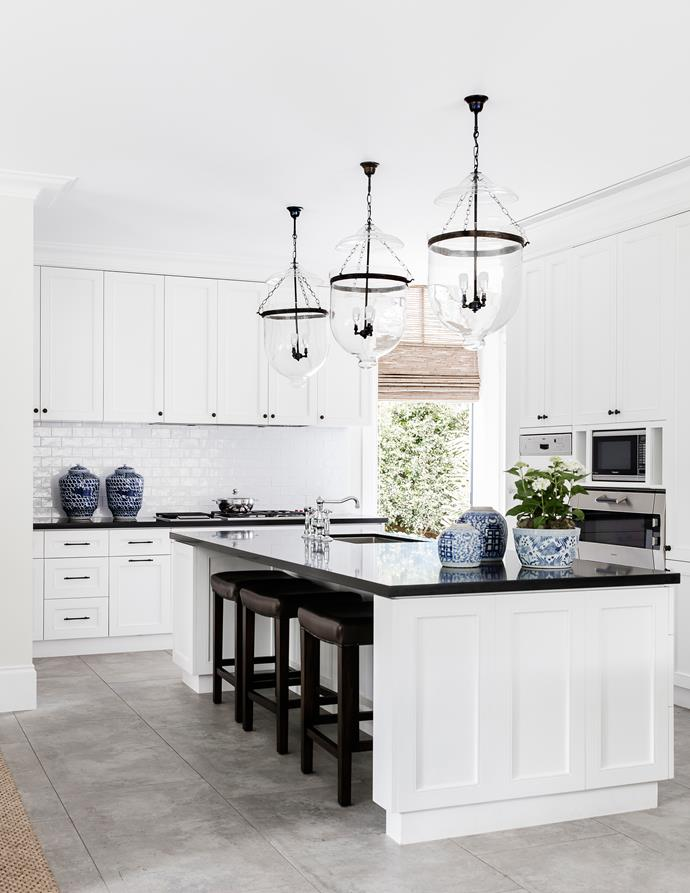 "Jet granite and white cabinetry set up a [timeless Hamptons-style scheme](http://www.homestolove.com.au/a-guide-to-hamptons-style-interior-decorating-4868|target=""_blank"")."