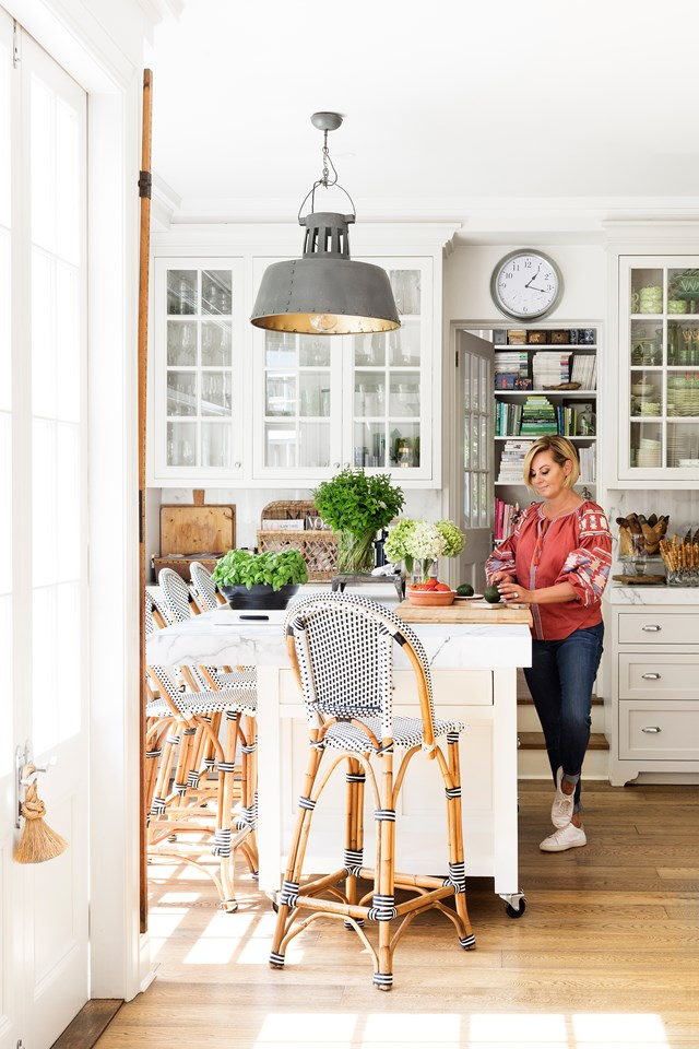 "[Chyka Keebaugh's Melbourne manor](https://www.homestolove.com.au/the-home-of-real-housewives-star-chyka-keebaugh-5549|target=""_blank"") celebrates a collection of different decorating styles. In her entertainer's kitchen however, Hamptons style reigns supreme with cafe-style bar stools, glass-fronted cabinetry and marble benchtops. Photo: Martina Gemmola / *Australian House & Garden*"