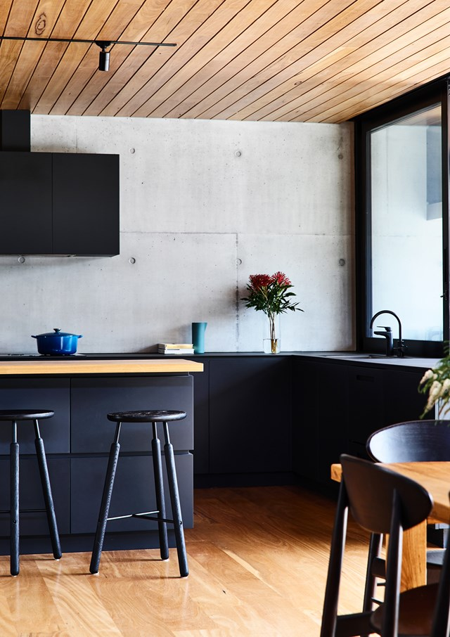 "Timber accents lend warmth to the black, industrial style kitchen in this [coastal home](https://www.homestolove.com.au/mornington-peninsula-home-by-planned-living-architects-5597|target=""_blank"") on the Mornington Peninsula. *Photo: Derek Swalwell*"