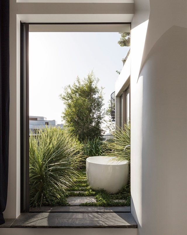 "An [outdoor bathtub](https://www.homestolove.com.au/outdoor-bath-design-trend-6379|target=""_blank"") is the ultimate luxury, especially when it enjoys a bird's-eye view over the Sydney city skyline, spectacular sensets, and glimpses of the Blue Mountains."
