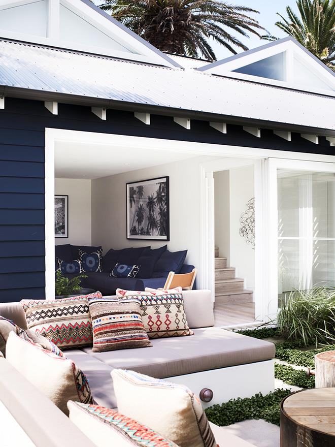 "Created by architect Walter Barda and interior designer Justine Hugh-Jones, this ultra-luxe [beach house](https://www.homestolove.com.au/an-ultra-luxe-coastal-home-on-sydneys-northern-beaches-5955|target=""_blank"") in Sydney's Bilgola celebrates coastal living sans beachy clichés. ""The design and palette of finishes, colours and furniture respond to the natural environment,"" says Justine."