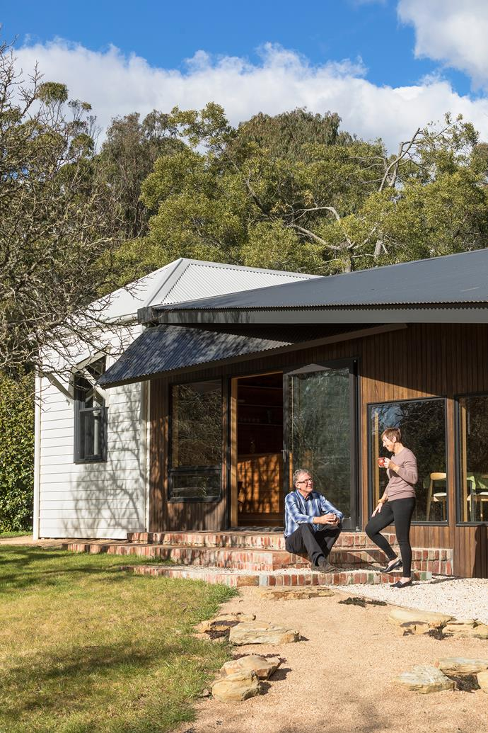 The cottage has a strong connection to nature, surrounded by Blackbutt trees and Rhododendron Viburnum.