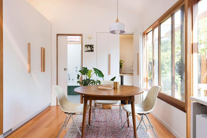 A round dining table makes the most of this small space.