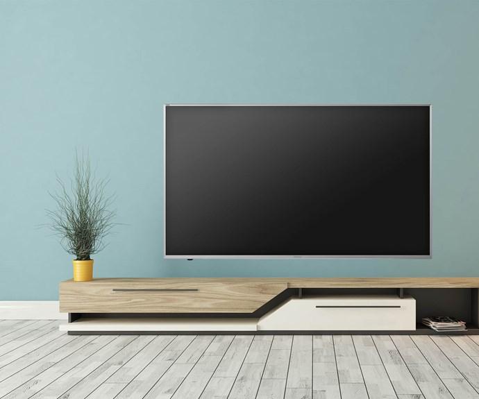"art wall with television in living room, TV Photo: by Ragnar Ã""marsso via [Skona Hem]"