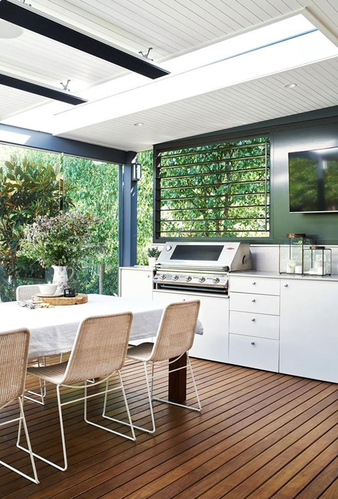 """This [outdoor space](https://www.homestolove.com.au/multi-functional-outdoor-living-room-designs-6029 target=""""_blank"""")  was designed for a Sydney family that loves to entertain. Fitted out with a beefeater barbecue, wall-mounted TV and heaters on the ceiling, it's the perfect space for casual gatherings or seasonal celebrations."""