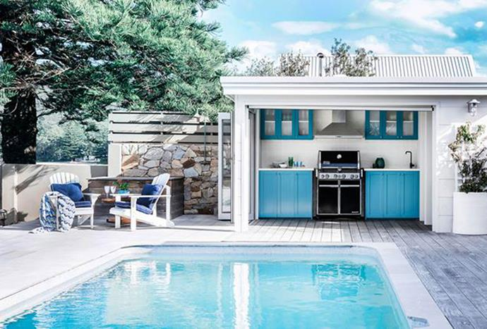 """This [beachfront cottage](https://www.homestolove.com.au/beachfront-cottage-in-pearl-beach-nsw-6203 target=""""_blank"""") in Pearl Beach boats an alfresco space that is strong on texture, from rugged stone and bleached timbers to wallcoverings in woven raffia and luxurious printed textiles. The sophisticated outdoor scheme has the casual aesthetic of a beach house with its own unique twist. *Photography by Maree Homer*"""