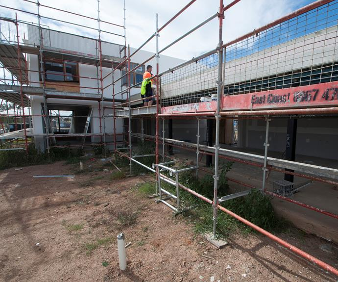 **FEBRUARY 5, 2018: GYPROCK GOES IN** <br><br> More rendering has been happening at My Ideal House, with the rear living areas receiving their coat of render. The signature planter boxes on the house's façade were waterproofed last week, too. A team from CSR Bradford was onsite to put in the wall batts and ensure the house will be well insulated. With the insulation installed, work on the Gyprock internal walls could begin. An experienced team took on this task and was able to have it almost complete within two days.
