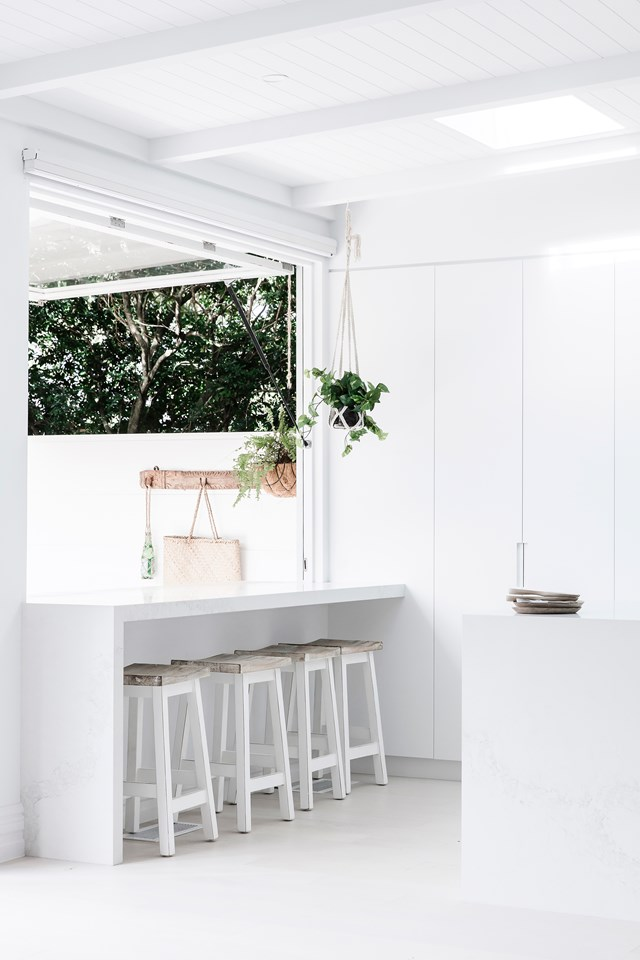 Ideally, the depth of a servery should be a minimum of 500 mm inside plus 300 mm outside (for a total of 800 mm when the window is open).