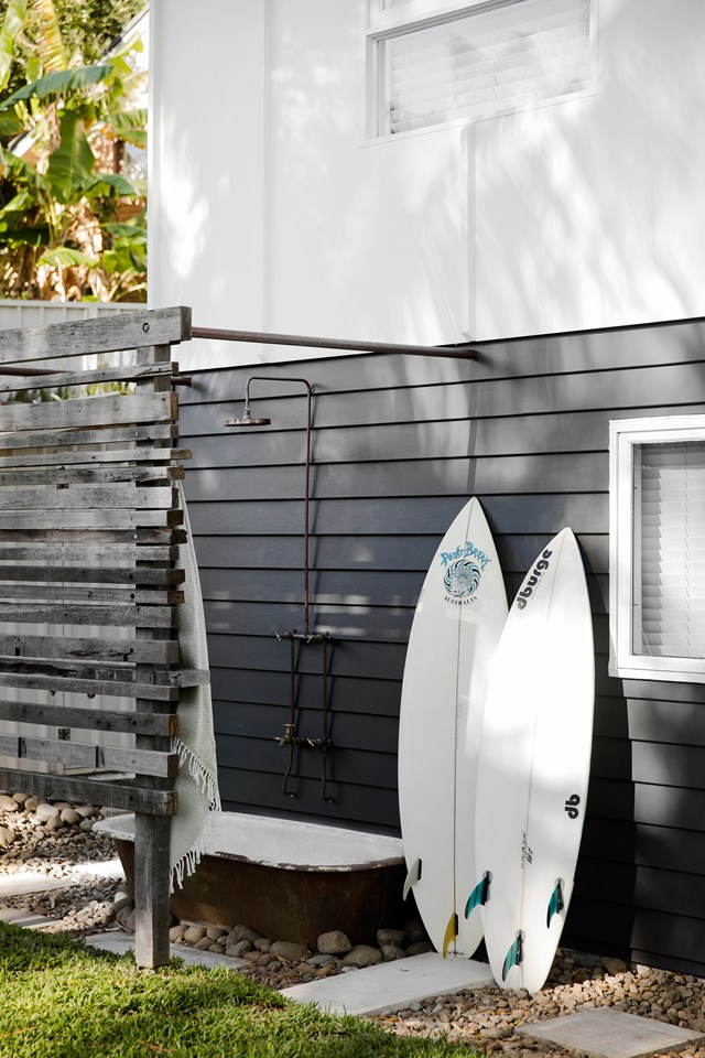 "This [original beachcomber home](https://www.homestolove.com.au/renovation-of-an-original-1960s-beachcomber-home-6536|target=""_blank"") on the NSW Central coast has been given modern makeover which manages to retain the essence of a beach shack. A reclaimed timber screen and old bath tub in the outdoor shower add to the home's rustic, beachy feel. *Photo: Chris Warnes / Story: Australian House & Garden*"