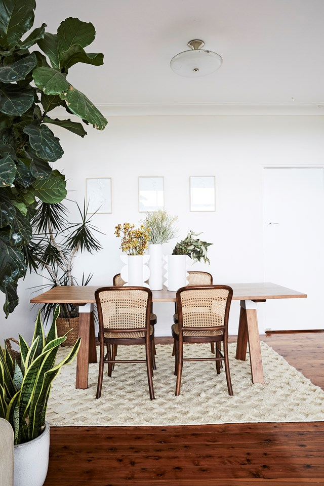 "Along with art and handmade pottery, indoor plants take pride of place in [jewellery designer Holly Ryan's Sydney home](https://www.homestolove.com.au/jewellery-designer-holly-ryans-sydney-home-6569|target=""_blank""). ""I've always had a minimal '70s vibe going on,"" Holly says of her interiors style. ""There's lots of plants and record players, and heaps of art; I'm really obsessed with German pottery."" *Photo: Kristina Soljo*"