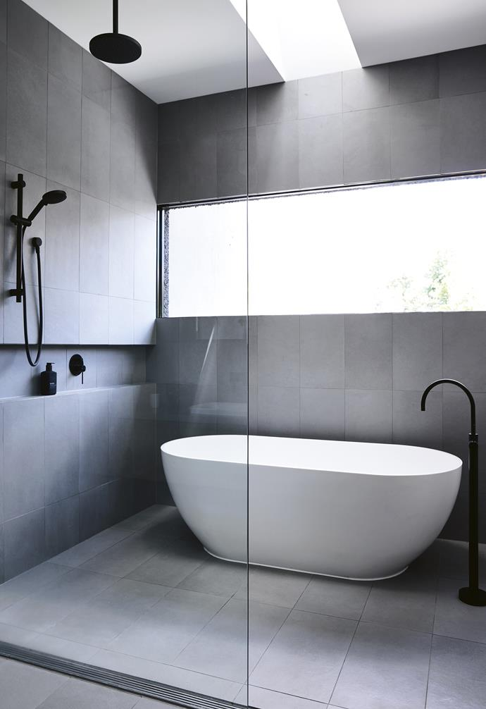 "**Recess success** Less is more in this grown-up ensuite. A recessed shelf keeps the look streamlined and functional, while cool concrete-grey tiles on the walls and floor are paired with a glamorous freestanding tub and contrasting black tapware to enhance the spa-like feel of this adults' retreat. *Design: [Steve Domoney Architecture](http://domoneyarchitecture.com/|target=""_blank""