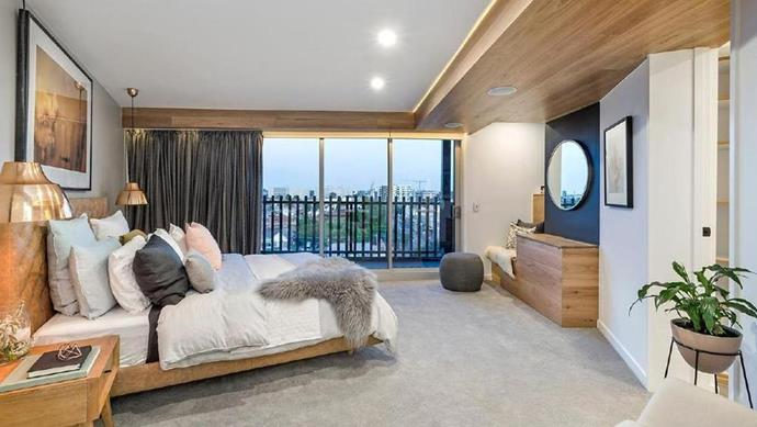 "Dean and Shay's master bedroom is still on trend today with indoor plants and plenty of exposed timber. But an awkward bench seat lost the couple points from judge [Shaynna Blaze](https://www.homestolove.com.au/buying-blind-how-shaynna-blaze-made-scandi-coastal-boho-work-6865|target=""_blank"")."