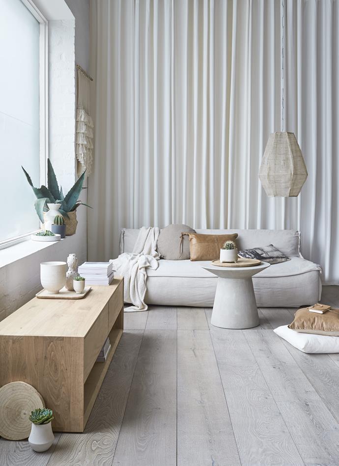 "[Royal Oak Floors](http://www.royaloakfloors.com.au/|target=""_blank""|rel=""nofollow"")' Ash Grey boards lighten the room."