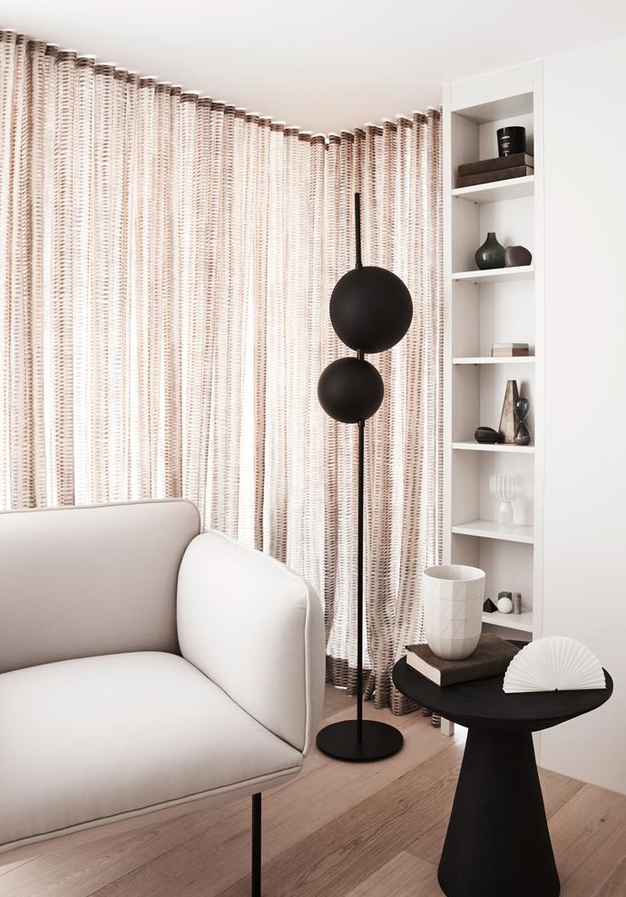 "[Matte black](https://www.homestolove.com.au/new-modern-from-marble-to-metallic-and-matt-black-1976|target=""_blank"") accent pieces punctuate this sitting area, styled with sandy white tones."