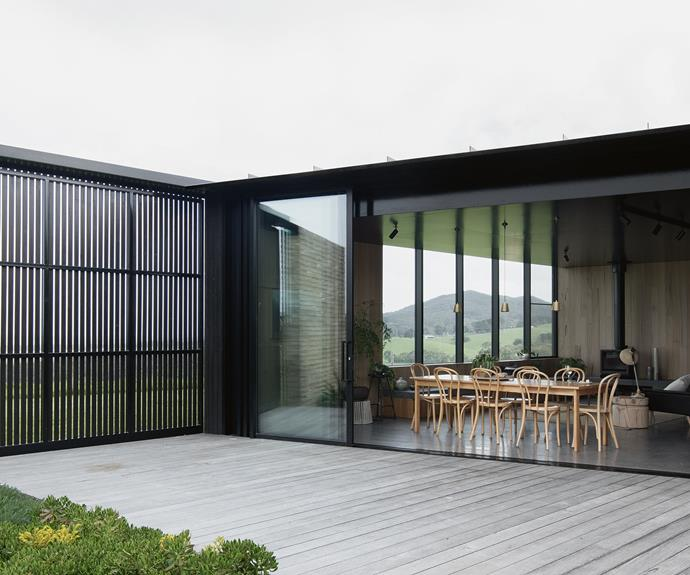 Completed in late 2016 under the supervision of Kim Bridgland at [Edition Office](http://edition-office.com/), the building was designed as three independent pavilions, separated by sheltered internal courtyards and linked by a central corridor running the length of the house. Here, sliding doors open up the living area to the courtyard. Silvertop ash was used for the decking.