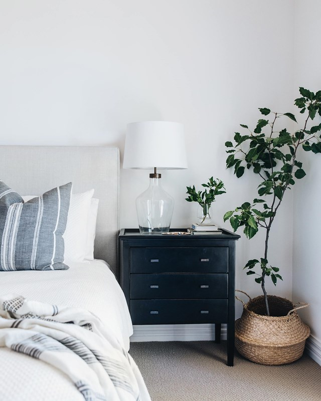 """Less is more in this simply styled bedroom in a [relaxed family farmhouse in NSW](https://www.homestolove.com.au/white-relaxed-family-farmhouse-nsw-18947