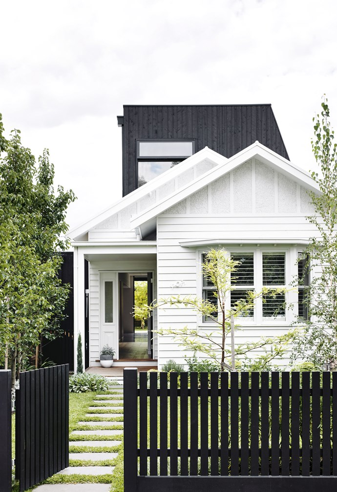 """**In black and white** Flip the traditional white picket fence on its head with a lick of bold black paint out front and up top, like this stunning Melbourne home. Set off these deep accents with crisp white for a fuss-free finish. *Design: [Kate Symon](https://www.instagram.com/what.kate.sees/