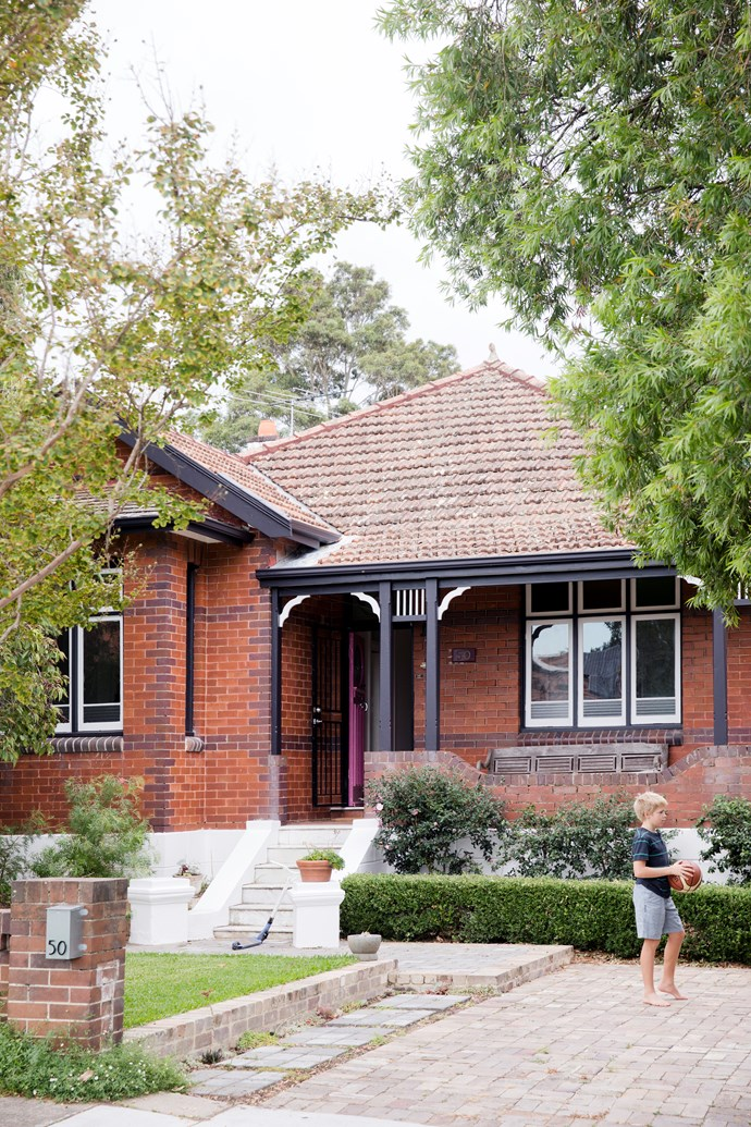 """The formal planting is perfectly suited to the heritage facade, while the new [Dulux](https://www.homestolove.com.au/introducing-the-dulux-colour-trends-2018-5647 target=""""_blank"""") 'Watermelon Pink' front door is a fun touch."""