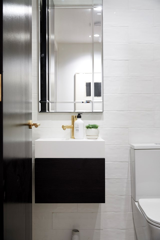 """The exposed plumbing and shoddy finishes in the powder room resulted in Hayden and Sara scoring the lowest scores of the season. Shaynna said their styling was the worst she'd ever seen on The Block. *Inside Out* style editor Jono Fleming says [the key to a truly great powder room](https://www.homestolove.com.au/the-block-2018-create-a-winning-hallway-powder-room-laundry-19054