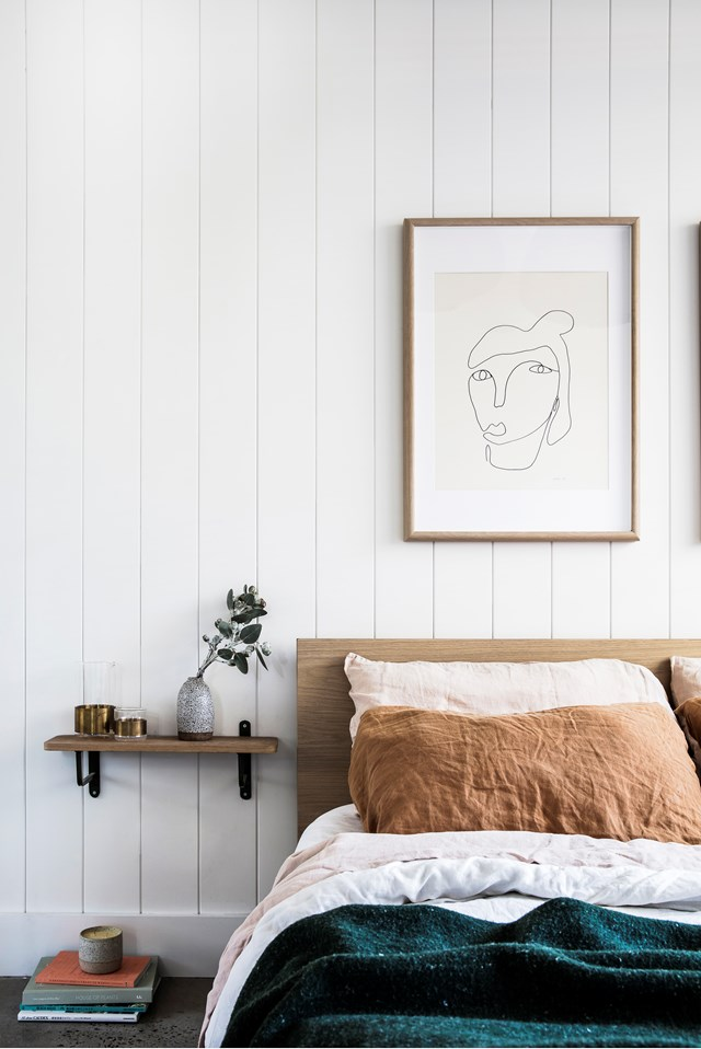 "**Ochre and emerald:** Earthy neutrals, soft pink and a rich emerald green throw combine to create a tranquil vibe in this laidback, [coastal apartment](https://www.homestolove.com.au/coastal-apartment-renovation-19053|target=""_blank""). An all-white canvas allows its owners to easily switch up the colour scheme as they please.  *Photo:* Maree Homer 