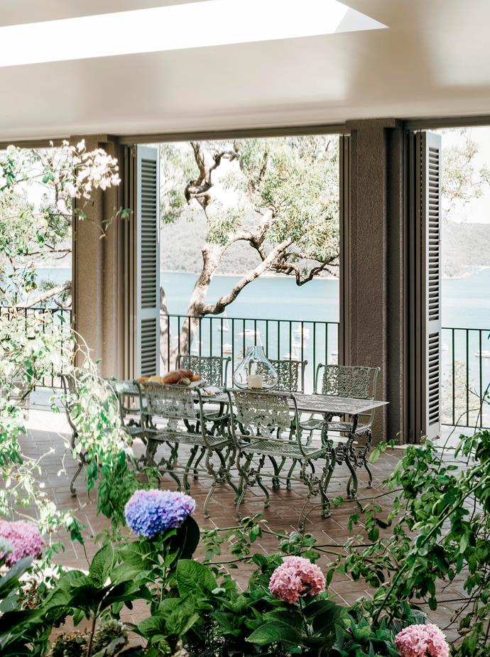 """The owners, in collaboration with Walter Barda Design conceived this Sydney home on the northern beaches in the style of an [Italian villa](https://www.homestolove.com.au/palm-beach-villa-19320