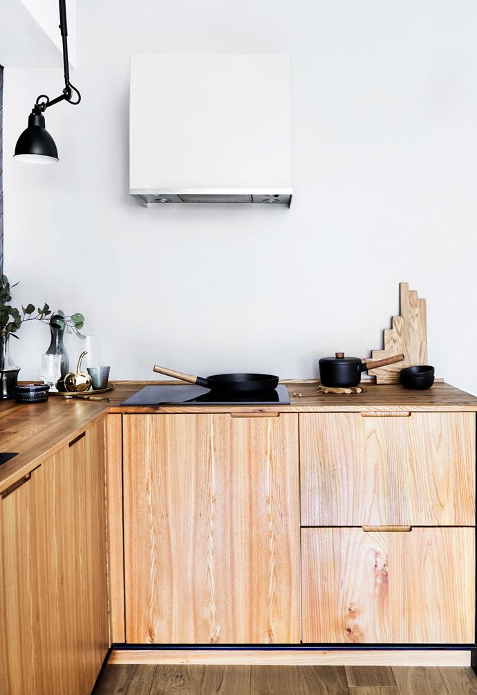 "**Details** The extractor hood was painted the same colour as the wall to make it less obtrusive. 'Sild' herringbone cutting board, [Skagerak](https://www.skagerak.dk/dk/|target=""_blank""