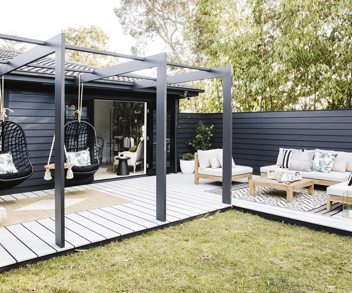 """**#deckedout** """"We always focus on outdoor entertaining; it's kind of who we are,"""" says Bonnie. In this case, the land fell away sharply, so a U-shaped entertaining space featuring dark [Scyon](https://www.scyon.com.au/