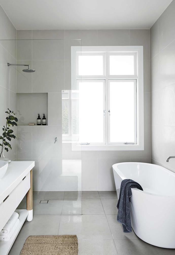 "**Tip**: Large tiles mean there's less grout to clean. *Design: [Fiona Lynch](http://www.fionalynch.com.au/|target=""_blank""