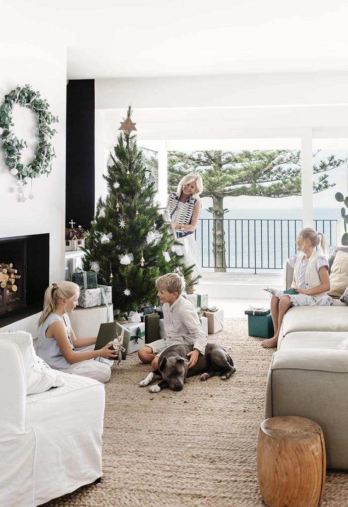 "Christmas is a stylish affair in the seaside home of interior designer and artist [Anna Cayzer](http://annacayzer.com.au/|target=""_blank""