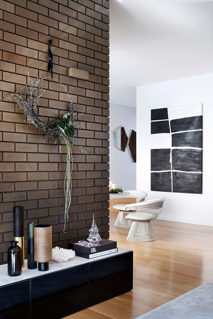 Foliage wrapped around a simple wire ring is an easy wall decoration for the living room.