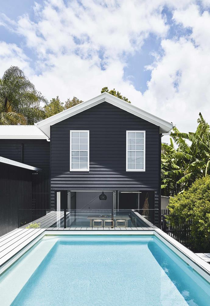 "**Exterior** The stark white window trim and roof contrast beautifully against the dark exterior of the pool house. The exterior painted is in 'Weathershield' in Black and Casper White Quarter from [Dulux](https://www.dulux.com.au/|target=""_blank""