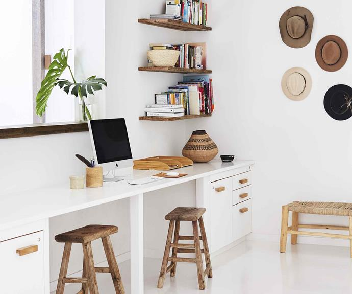 desk-space-wallpaper-black-and-white