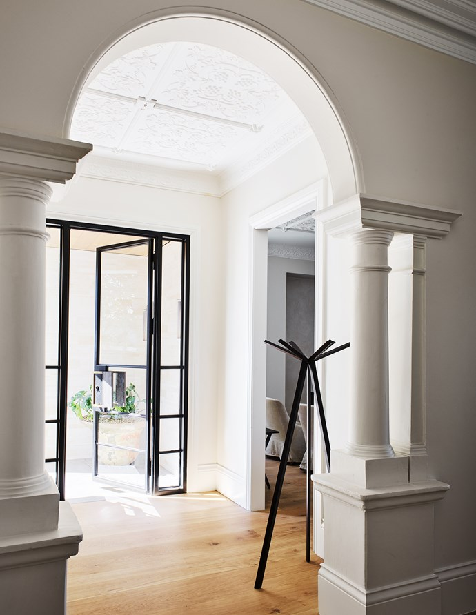 The entrance combines the original grandeur with a contemporary flow of space. Edwina was determined to keep the character of the old part of the house intact. Her approach was to remove the doors but leave the generous openings.