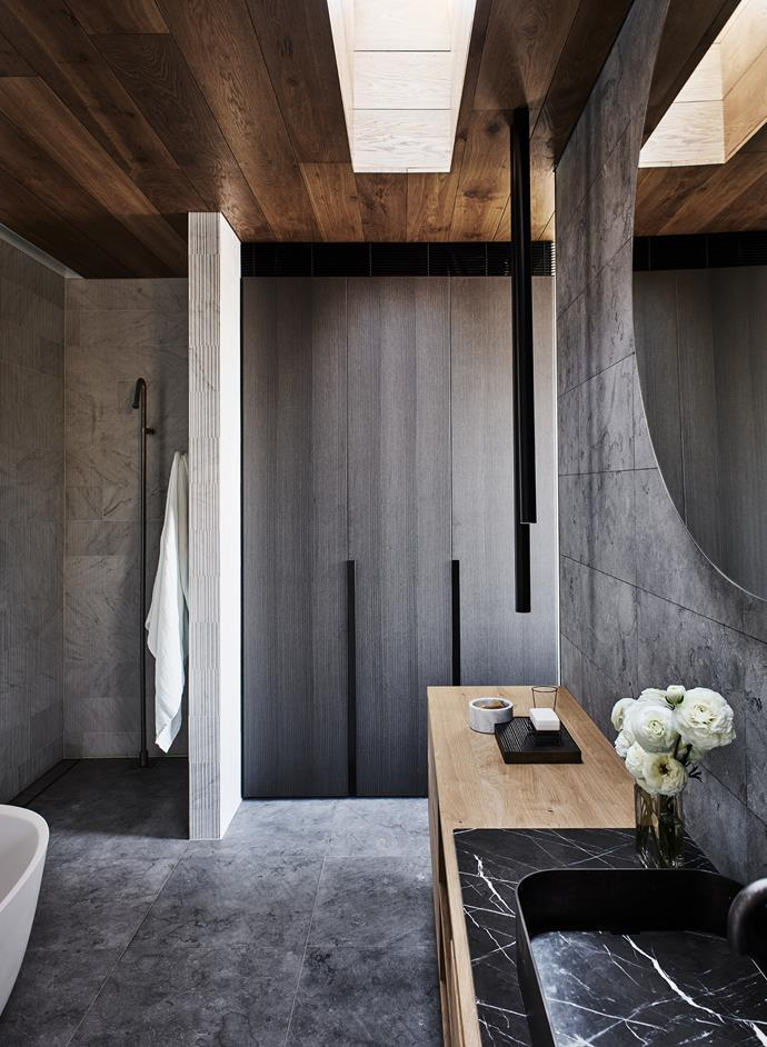 The ensuite to the master bedroom is tonally recessive with a skilful material mix that includes a timber vanity.