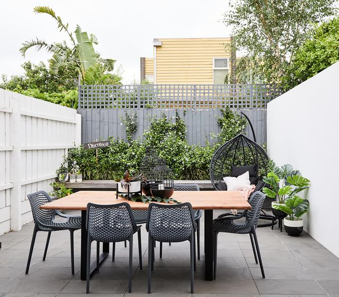 "Georgia and Lee love to entertain so Fiona created a comfortable outdoor area with plenty of seating. The 'Mari' outdoor dining table from [Zanui](https://fave.co/2WgvrbN|target=""_blank""