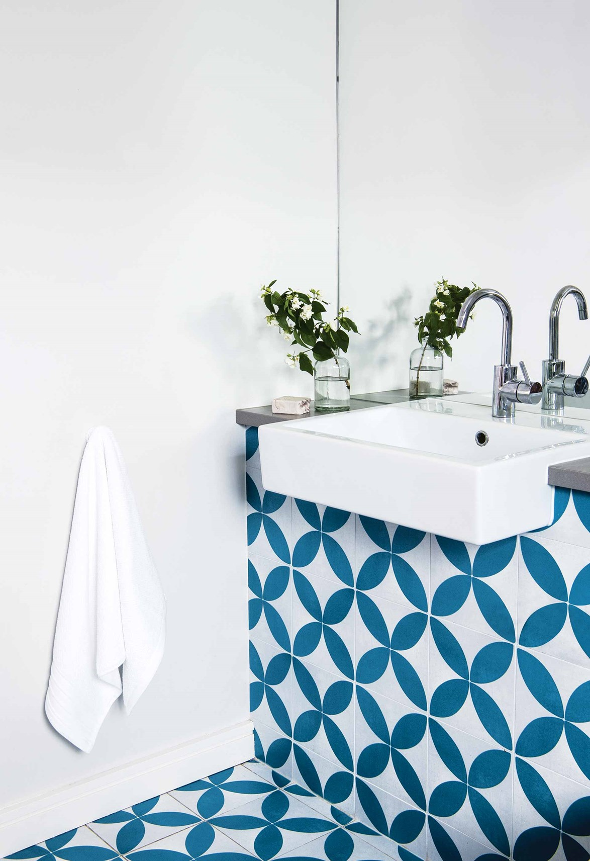 "Bold blue-and-white tiles from Hardware & General give the downstairs bathroom in this [eco-friendly weatherboard home](https://www.homestolove.com.au/eco-friendly-weatherboard-house-freshwater-17440|target=""_blank"") a fun and exotic look."